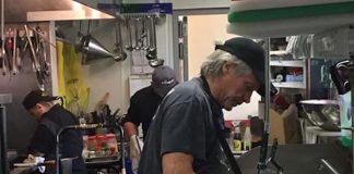 Jon Bon Jovi lavando louça