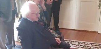 Cachorro do presidente da Irlanda pedindo carinho