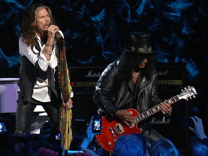 Steven Tyler e Slash tocando