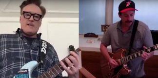 Adam Sandler e Conan O'Brien tocando guitarra