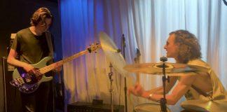 Filhos de Lars Ulrich tocando Beatles