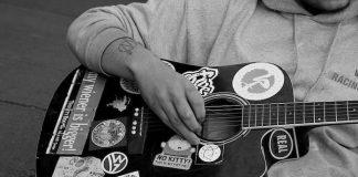 Músico tocando na rua