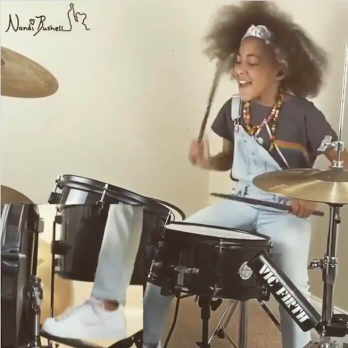 Nandi Bushell tocando Led Zeppelin