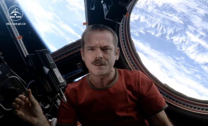 Astronauta canta David Bowie no espaço
