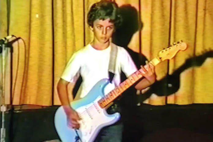 Billie Joe Armstrong jovem tocando guitarra