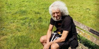 Brian May de muletas