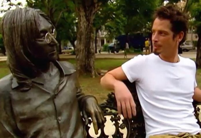 Chris Cornell em Cuba com estátua de John Lennon