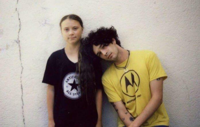 Matty Healy (The 1975) e Greta Thunberg