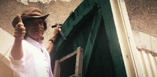Mick Jagger fazendo tarefas domésticas