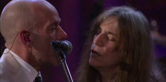 R.E.M. e Patti Smith cantando The Stooges