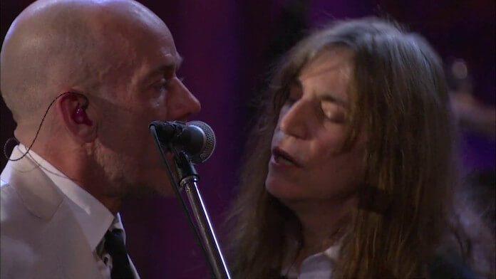 R.E.M. e Patti Smith cantando The Stooges