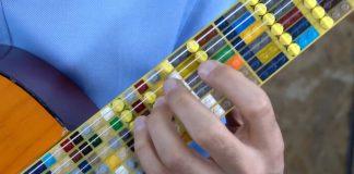 Violão microtonal de LEGO