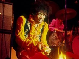 Jimi Hendrix põe fogo em sua guitarra