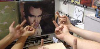 Galera dando dedo pro Morrissey