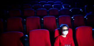 Pessoa usa máscara no cinema