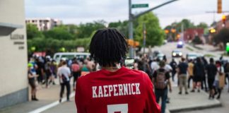 Protesto do Black Lives Matter com camisa de Colin Kaepernick