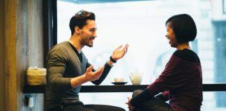Casal conversa em bar