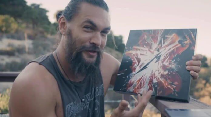 Jason Momoa com novo disco do Metallica