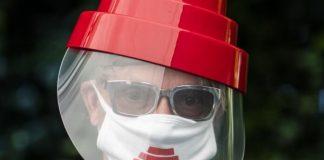 Mark Mothersbaugh, do DEVO, de máscara