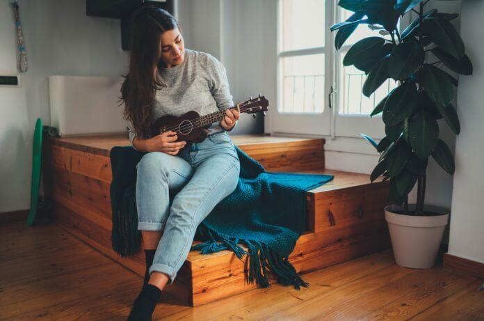 Mulher tocando ukulele