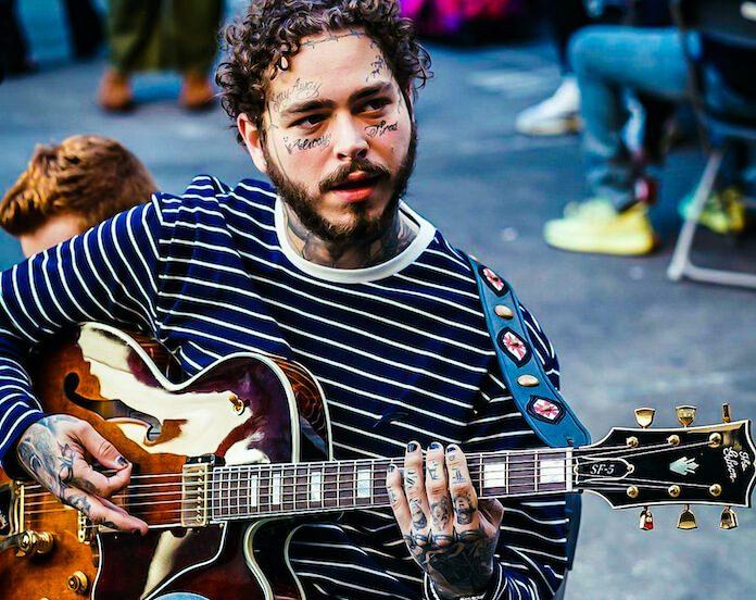 Post Malone tocando guitarra