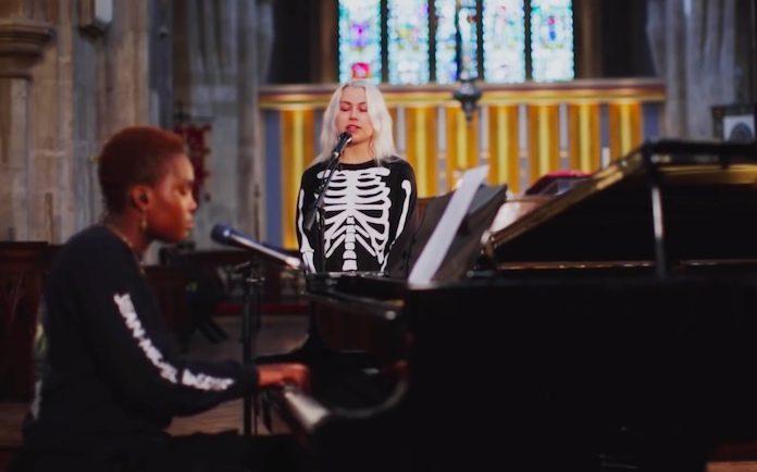 Phoebe Bridgers e Arlo Parks fazem versão de Radiohead em igreja