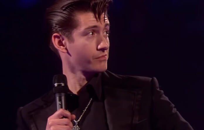 Alex Turner com o Arctic Monkeys no BRIT Awards 2014