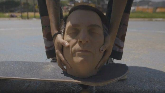Bolsonaro é chutado em novo protesto que usa o futebol como metáfora