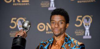 Chadwick Boseman em 2019 no NAACP Awards