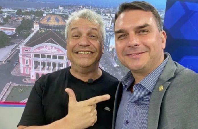 Flávio Bolsonaro com o apresentador Sikêra Jr.