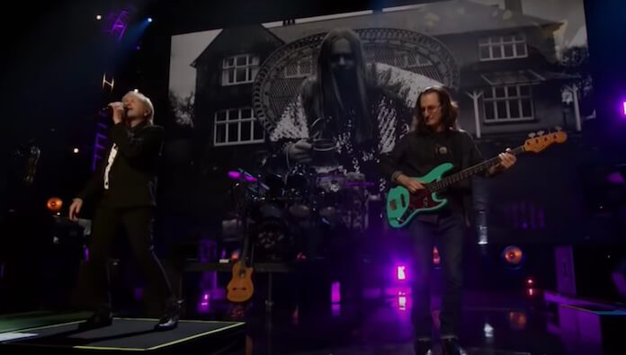 Geddy Lee substituindo Chris Squire (Yes)