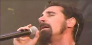 """System of a Down tocando """"Chop Suey!"""" em 2001"""
