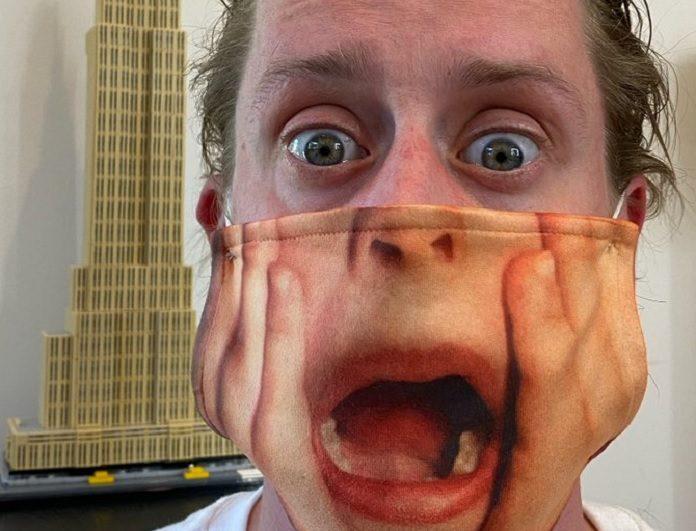 Macaulay Culkin com máscara de Esqueceram de Mim