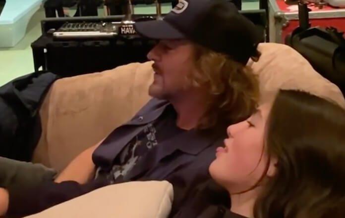 Eddie Vedder e sua filha cantando U2
