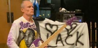 Flea (RHCP) toca hino dos EUA no baixo