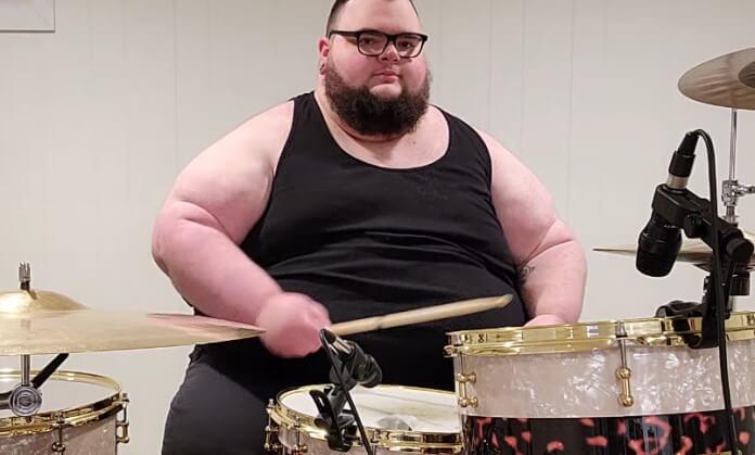 """""""Meu maior feito"""": Jon Sudano toca vinheta do PornHub na bateria"""