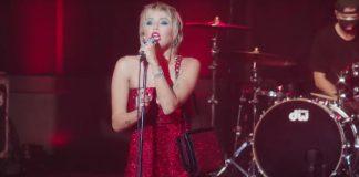 "Miley Cyrus cantando ""Maneater"" na televisão"