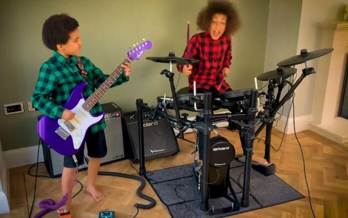 Nandi Bushell toca Nirvana com o irmão