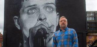 Peter Hook no mural de Ian Curtis em Manchester