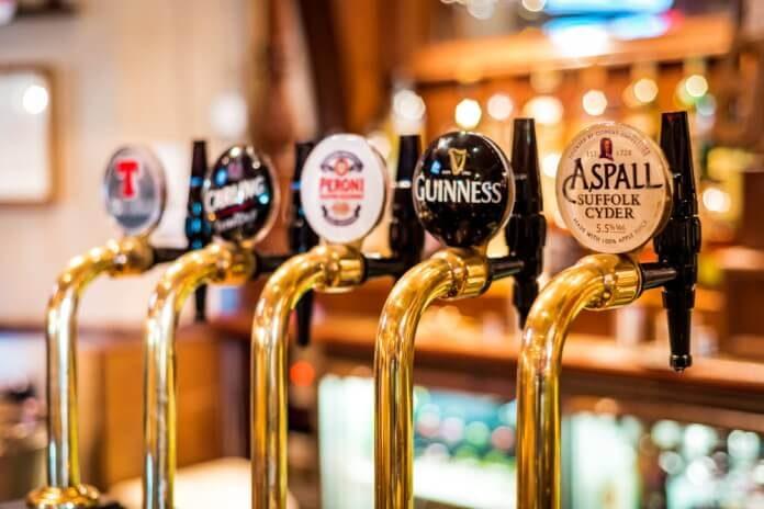 Torneiras de chope em pub escocês de Edimburgo