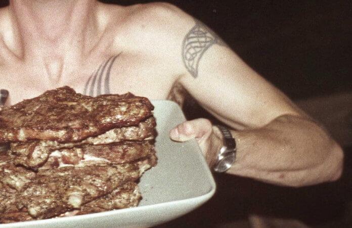 Dave Grohl carregando churrasco