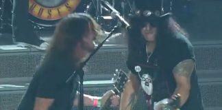 Dave Grohl e Slash com o Guns N Roses
