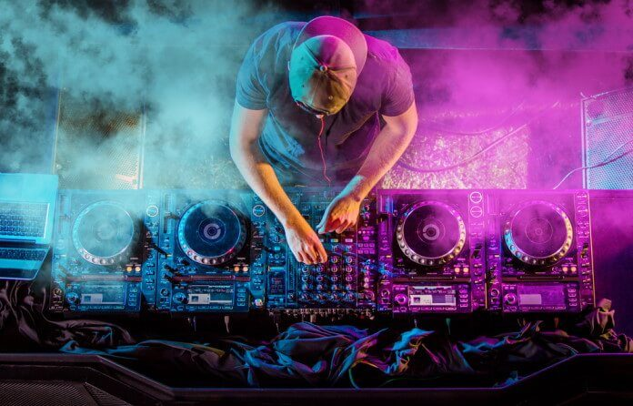 DJ em casa noturna