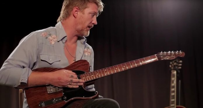 Josh Homme com guitarra de George Harrison