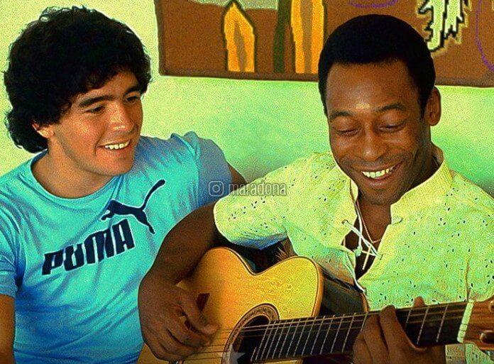 Maradona observa Pelé tocando violão