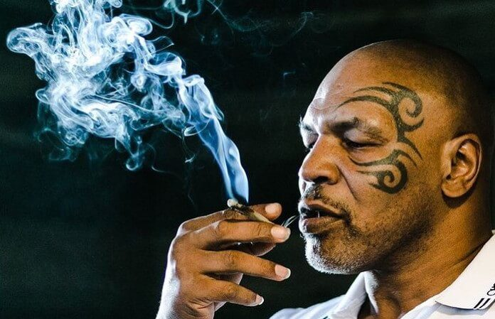 Mike Tyson fumando maconha