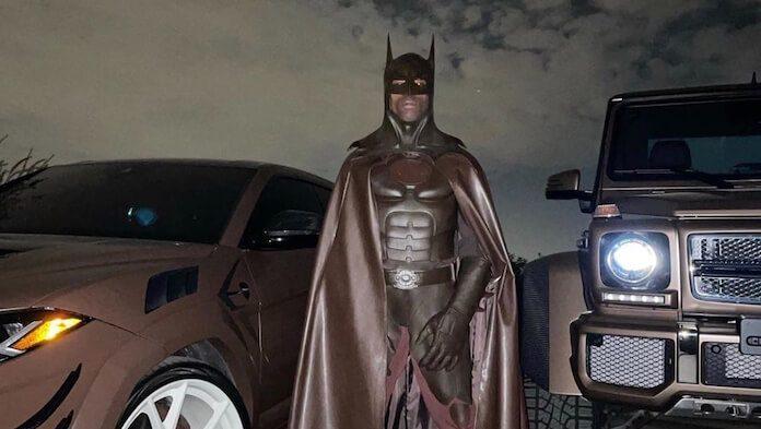 Travis Scott fantasiado de Batman