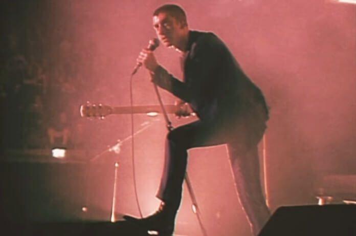 Arctic Monkeys no clipe de Arabella ao vivo