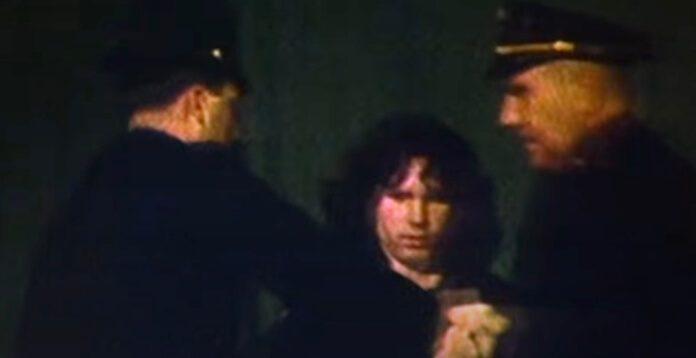 Jim Morrison sendo preso no palco em show do The Doors