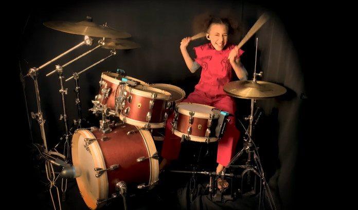 Nandi Bushell toca Slipknot na bateria